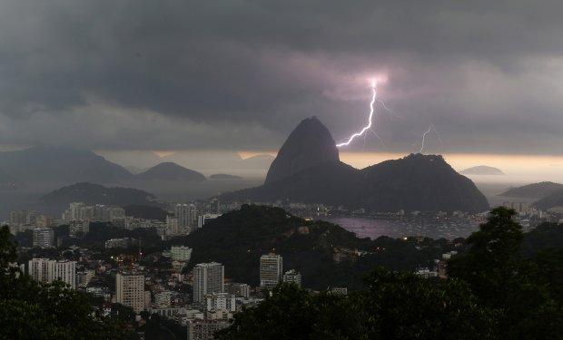 Jezus z Rio de Janeiro straci� palec. Uderzy� w niego piorun