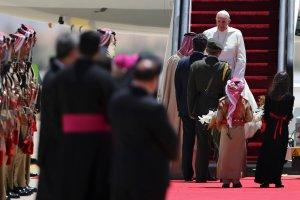 """Papie� rozpocz�� pielgrzymk� do Ziemi �wi�tej. """"Pokoju nie da si� kupi�"""""""