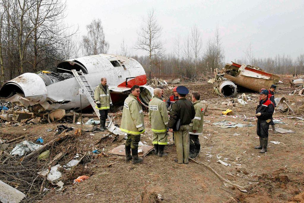 Śledczy na miejscu katastrofy prezydenckiego samolotu Tupolew TU - 154m pod Smoleńskiem, 13 kwietnia 2010 r.