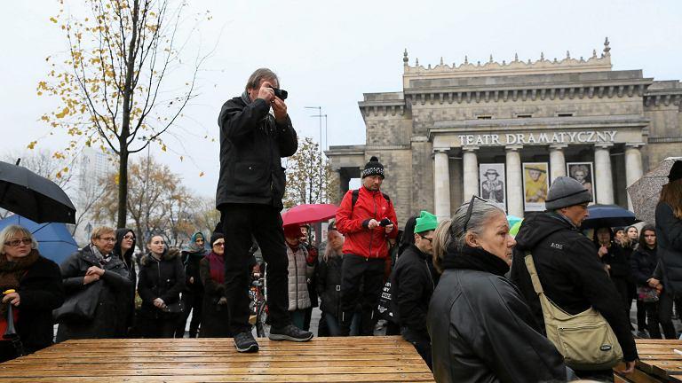 24.10.2016 Warszawa, plac Defilad. Czarny Protest. Fotografuje Chris Niedenthal (fot. Agata Grzybowska / Agencja Gazeta)