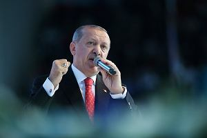 """Erdogan wzywa Turków, żeby """"wyciągali spod poduszek euro i dolary"""" i wymieniali je na liry, by ratować gospodarkę"""