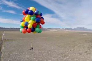 """Polecia� do nieba jak w kresk�wce """"Odlot""""! Na 2500 m w starym le�aku przymocowanym do 90 balon�w z helem [WIDEO]"""