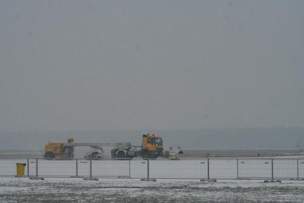 Od�nie�anie pasa startowego na lotnisku w Modlinie