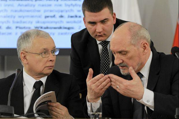 Jarosław Kaczyński i Antoni Macierewicz na posiedzeniu zespołu ds. katastrofy, Sejm 10.04.2013