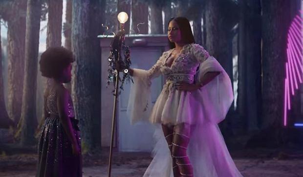 """Raperka, Nicki Minaj zagrała w nowym filmie promocyjnym H&M, """"A Magical Holiday"""". Co ciekawe, artystka wcale w nim nie śpiewa a jedynie wciela się w postać matki dziewczynki oczekującej wizyty św. Mikołaja oraz wróżki z bajkowej opowieści. Jak wyszło?"""