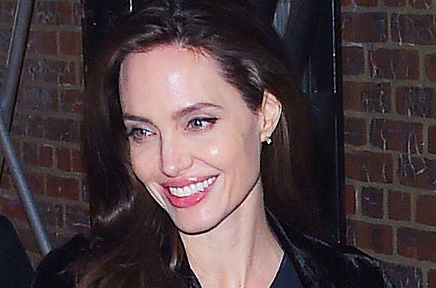 Zdjęcie numer 1 w galerii - Angelina Jolie delikatnie przytyła. Dawno nie wyglądała tak dobrze! Promienny uśmiech tylko to potwierdza