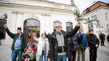 Obywatele RP z białymi różami podczas obchodów miesięcznicy