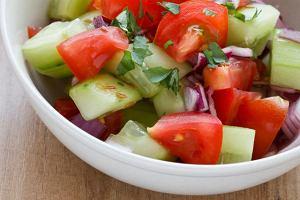 Sałatka z pomidorów, ogórków i cebulki
