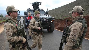 Oficerowie armii tureckiej blokują przedmieścia wioski Sugedigi w Turcji, na granicy z Syrią. W niedzielę 21 stycznia 2018 r. tureckie oddziały lądowe wkroczyły do enklawy Afrin, w północnej Syrii i posuwały się naprzód z syryjskim wsparciem sił opozycyjnych, próbując obalić syryjskie siły kurdyjskie z regionu.