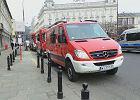 Policjanci sprawdzaj� budynki w Warszawie. Maile o bombach