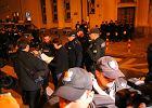Protest pod budynkiem TVP na pl. Powstańców Warszawy