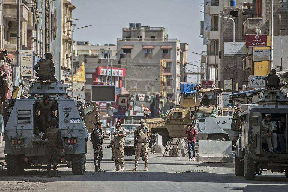 Oblężony Synaj. Egipskie wojsko na ulicach stolicy Synaju Północnego, miasta Al-Arisz, lipiec 2018 r.