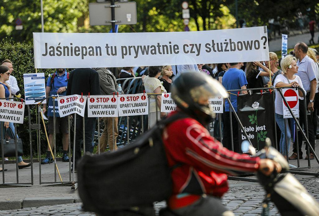 Demonstracje podczas wizyty Jarosława Kaczyńskiego na Wawelu
