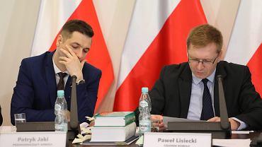 Wiceminister sprawiedliwości w rządzie PiS Patryk Jaki (l) oraz Paweł Lisiecki (p) podczas posiedzenia 'komisji reprywatyzacyjnej'. Warszawa, 26 czerwca 2017