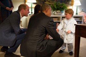 Barack Obama z �on� z�o�yli wizyt� Williamowi i Kate. Z tej okazji ksi��� m�g� po�o�y� si� spa� p�niej, ale prezydenta USA przywita� w... szlafroku. Zbyt urocze? To zobaczcie, jak bawi si� na swoim bujanym koniu. Tym samym, kt�rego Obamowie sprezentowali mu z okazji narodzin.