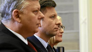 Michał Dworczyk (w środku) robi w Prawie i Sprawiedliwości  zawrotną karierę. Na zdjęciu z Markiem Suskim i Joanną Kopcińską, rzeczniczką Morawieckiego