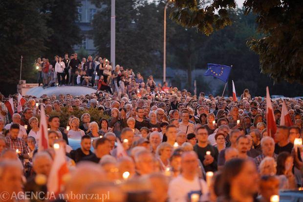 Zdjęcie numer 28 w galerii - Tłumy przed Sądem Okręgowym w Łodzi. Kolejny dzień protestów przeciwko zmianom PiS w sądownictwie [ZDJĘCIA]