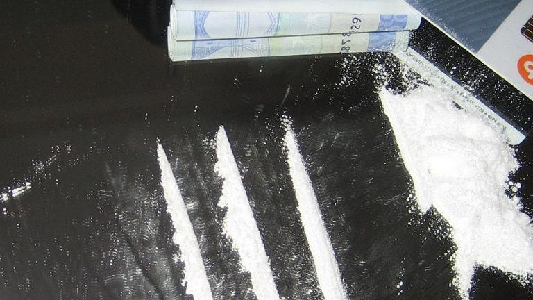 Kreski kokainy na szkle (fot. Zxc/Wikimedia commons/public domain)