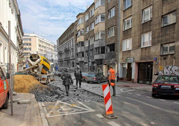 Koszykowa w kierunku Mokotowskiej. Dwóch powstańców idących ulicą Koszykową w kierunku ul. Mokotowskiej