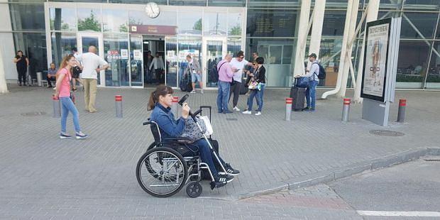 Pani Ewa chwile po tym, jak obsługa lotniska wywiozła ją poza terminal