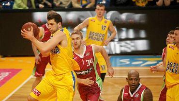 Koszykarze Asseco Prokom Gdynia (żółte stroje) pokonali w Hali 100-lecia Sopotu Polpharmę Starogard 88:64