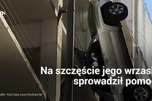 Najgorsze parkowanie świata. Jego samochód zawisł na wysokości 9. piętra
