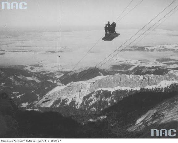 Widok ogólny budowy trasy kolejki. Widoczna grupa ludzi w prowizorycznym wagonie kolejki linowej, 1935 r.