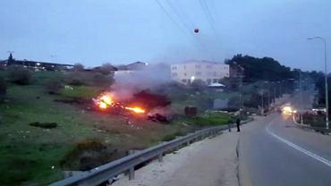 Płonące szczątki izraelskiego myśliwca F-16 strącone w okolicy kibucu Harduf w północnym Izraelu, 10 lutego 2018 r.