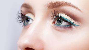 Na studniówkę idealnym makijażem będzie delikatnie beżowa powieka z graficzną kreską w jednej z modnych barw