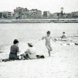 Pla�a nad Wis��, a po drugiej stronie zniszczona Warszawa [1945 ROK]