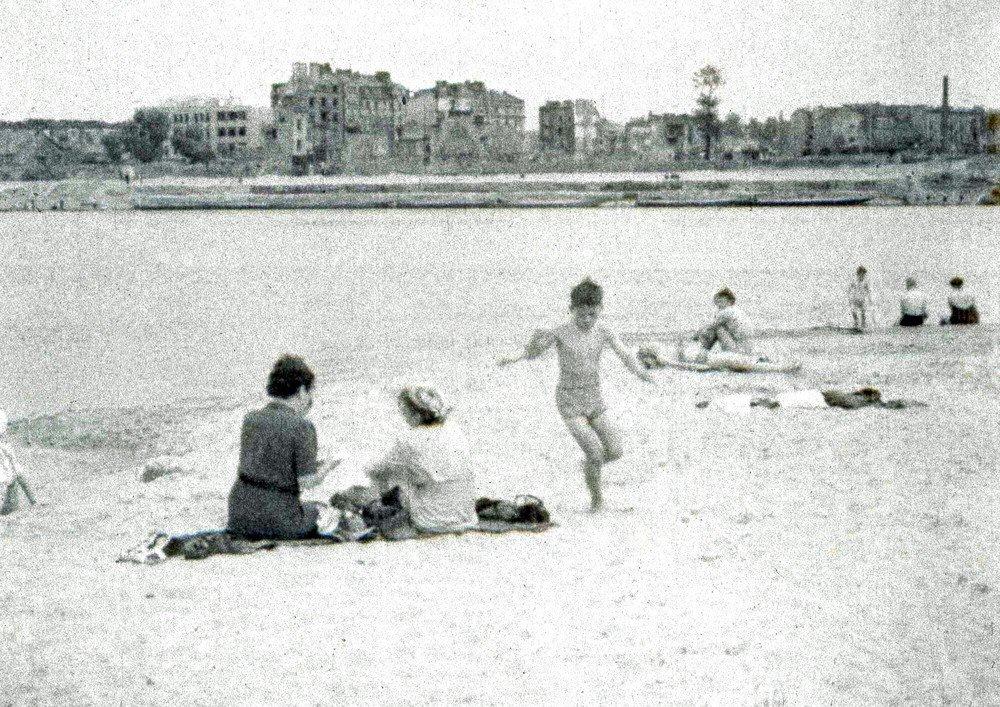 Plaża nad Wisłą, lato 1945