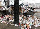 W centrum Katowic z dnia na dzień pęcznieje wysypisko śmieci