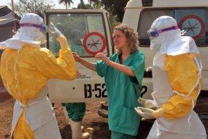 Gwinea. Tłum zaatakował klinikę, w której leżą chorzy na ebolę. Oskarżają lekarzy o sprowadzenie wirusa