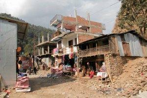 Raport ze zburzonego Nepalu. Wstrz�sy wt�rne wci�� gro�� zniszczonym wioskom