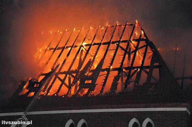 Zdjęcie numer 0 w galerii - Groźny pożar kościoła. Strażacy gasili go całą noc [ZDJĘCIA]