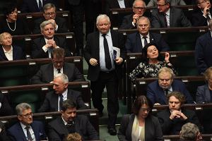 Najnowszy sondaż z Wiadomości: PiS tuż przed PO, tylko cztery partie w Sejmie