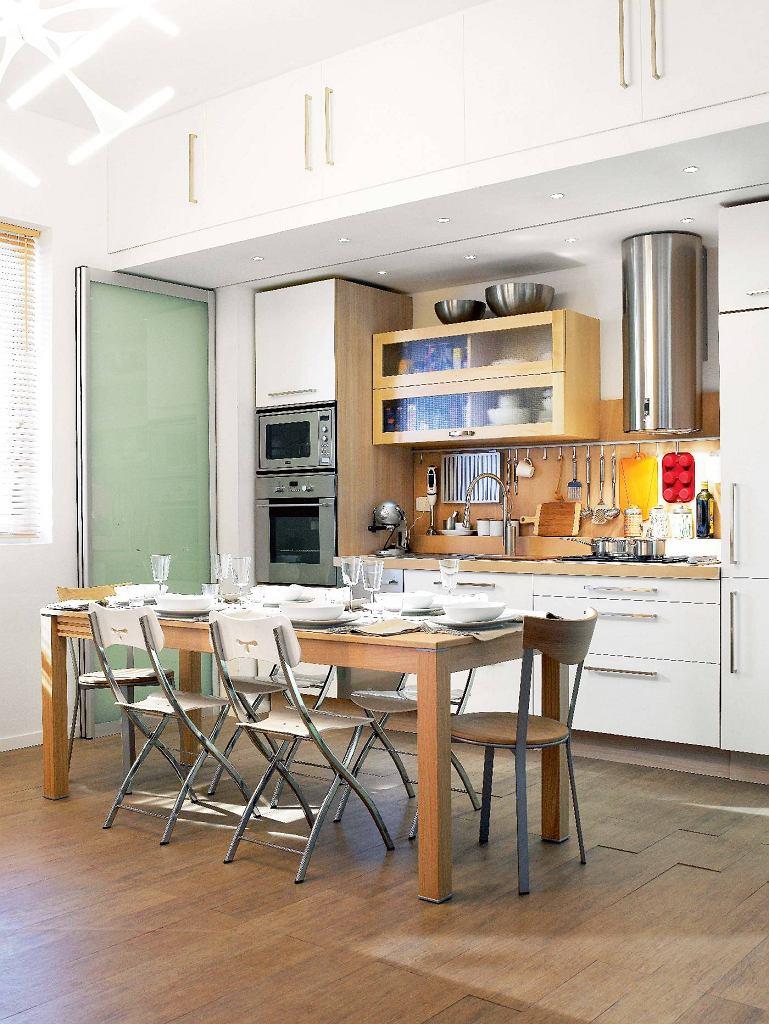 Aluminiowe ramy wypełnione matowym szkłem dają wrażenie lekkości. Poruszają się tylko na szynie górnej; po otwarciu można je ułożyć równolegle do ściany.
