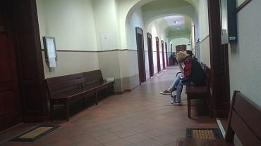 Oskarżona Daria P. przed salą sądową siedziała w towarzystwie przedstawicielki opieki społecznej