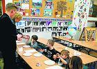 Sze�ciolatki zostaj� w przedszkolach, nauczyciele trac� prac�. Nawet 15 tys. os�b
