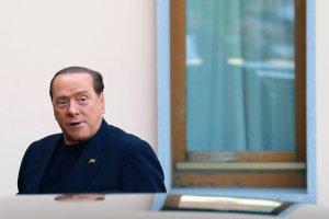 Skazaniec Silvio Berlusconi karmi chorych na alzheimera w domu opieki