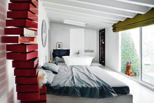 Do sypialni należy duża, wyłożona mozaiką loggia. Wielkie okno wychodzi na dziedziniec i zieloną koronę judaszowca posadzonego przez Fabio. Na pierwszym planie fragment komody Revolving Shiro Kuramaty (Cappellini).