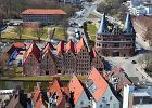 Niemcy Lubeka - w tle wida� Baszt� Holszty�sk� / shutterstock