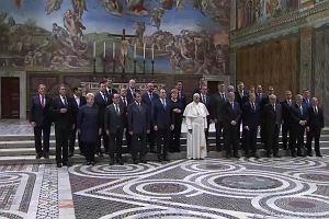 Donald Tusk wrzuca zdjęcie ze spotkania z papieżem. Znajdź Beatę Szydło