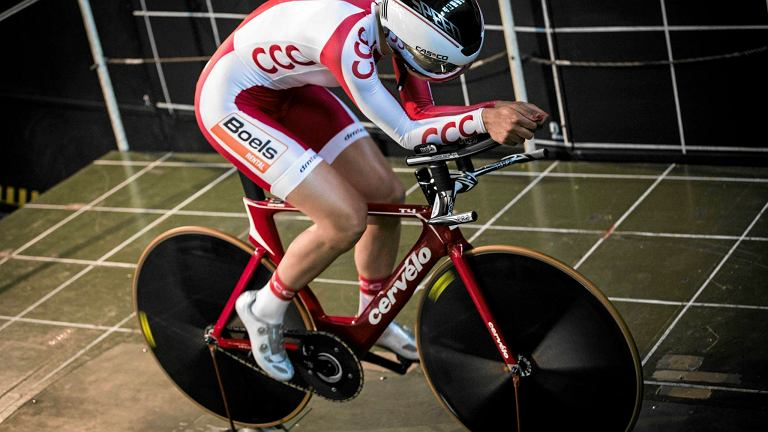 Polska kolarka na testach w kanale aerodynamicznym