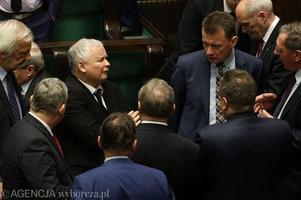 Politycy PiS naradzają się przed głosowaniem nad wyborem sędziego Trybunału Konstytucyjnego (fot. Sławomir Kamiński / Agencja Gazeta)