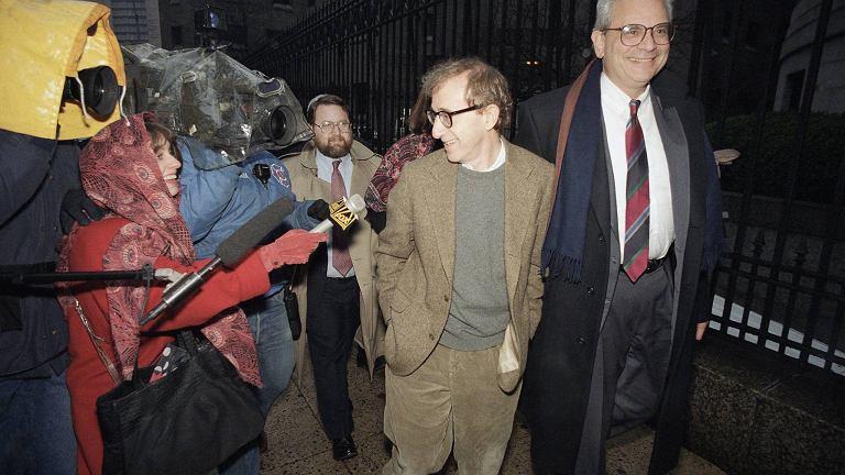 Woody Allen w drodze do Sądu Najwyższego na wysłuchanie orzeczenia ws. liberalizacji prawa do odwiedzin dzieci. Manhattan, 1993 r.