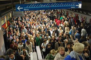 Metro ju� je�dzi normalnie, ale zwalnia w centrum