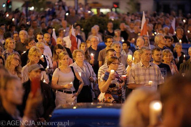 Zdjęcie numer 25 w galerii - Tłumy przed Sądem Okręgowym w Łodzi. Kolejny dzień protestów przeciwko zmianom PiS w sądownictwie [ZDJĘCIA]
