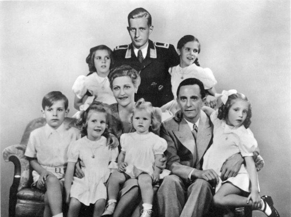 Rodzina Goebbelsów. W mundurze Harald Quandt, pasierb Josepha Goebbelsa. Poniżej Magda i Joseph z dziećmi (fot. autor nieznany / wikimedia.org / CC BY-SA 3.0 de)