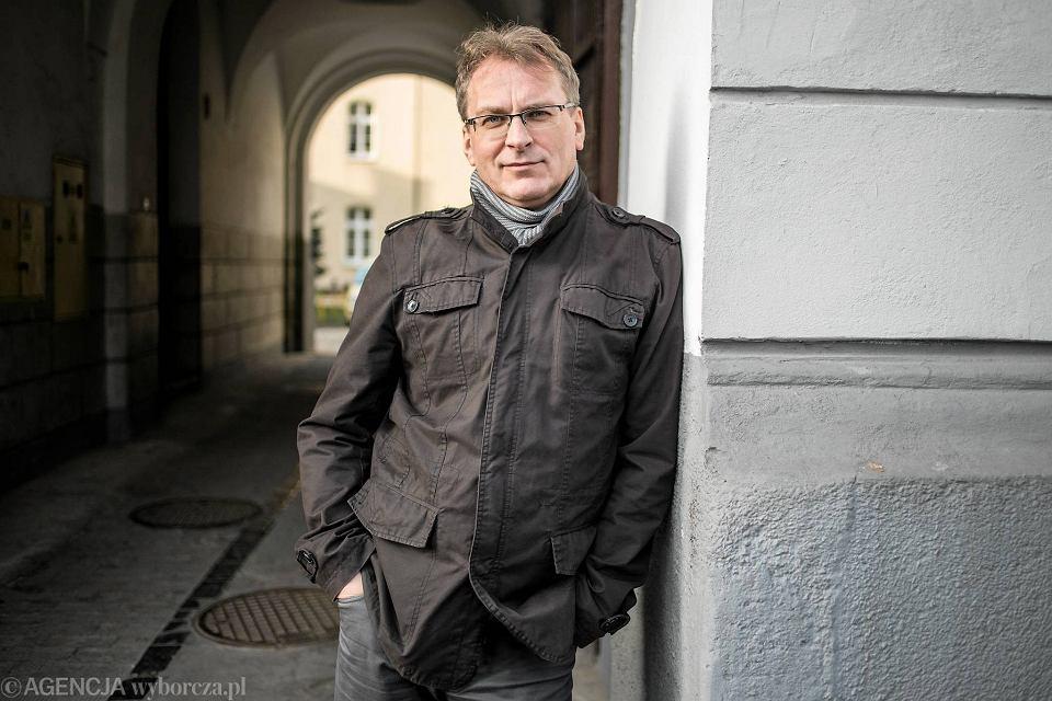 Lublin. Autor tekstu przed wejściem do akademika KUL przy ul. Niecałej, dawniej Sławińskiego